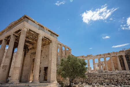 Athens Acropolis, Greece landmark. Cariatides Porch, temple of Athena, Erechtheum Ancient Greek ruins, blue sky in spring sunny day. 免版税图像