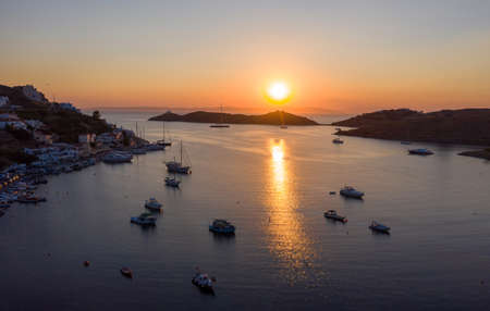 Kea Tzia island, Cyclades, Greece. Aerial view of Vourkari marina at sunset. Sailboats and sky, reflections on calm water 免版税图像