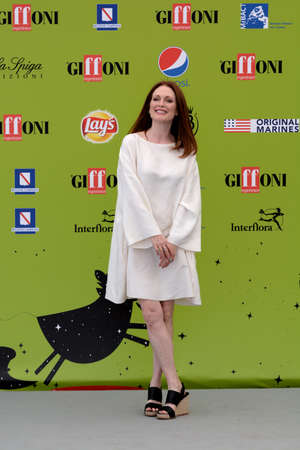 Giffoni ヴァッレ・ピアーナ、サ、イタリア-7 月16日、2017: ジュリアン・ムーア in Giffoni 映画祭 2017-7 月16日、2017 Giffoni、イタリア 写真素材 - 85302708