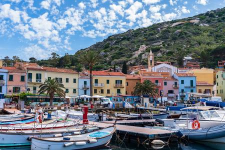 L'île de Giglio (Grosseto), Italie, 05.20.2018: vue sur le petit port du village. Banque d'images - 102040224