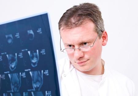 Lekarz przegląda MRI z białym tle Zdjęcie Seryjne