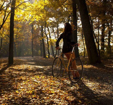 bicicleta retro: Hermosa chica con la bicicleta en el parque