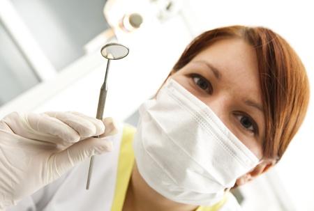 시험 방에있는 치과 의사의 초상화 스톡 콘텐츠