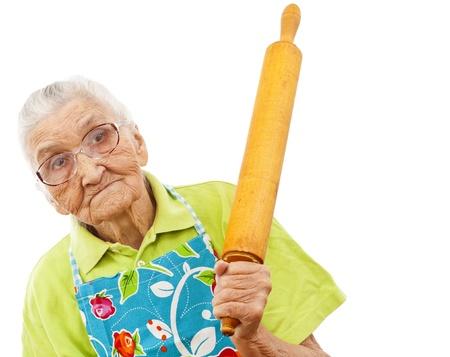 mujeres ancianas: anciana con fondo blanco que sostiene un palo de amasar en la mano