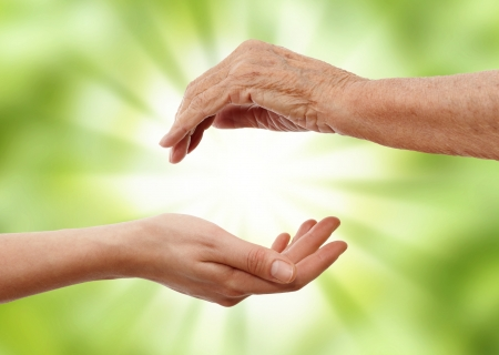 vecchiaia: una mano che tiene una più antica