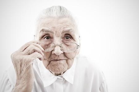 great grandmother: retrato de una mujer muy vieja que saca sus gafas