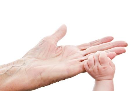 внук: маленький ребенок рука за руку прабабушки
