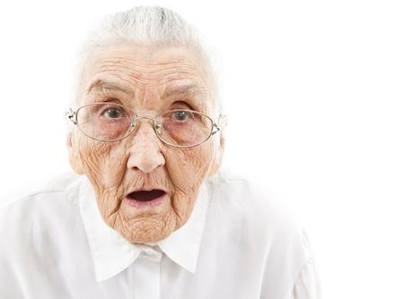 boca abierta: retrato de una mujer sorprendida edad que está mirando con la boca abierta