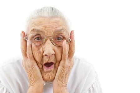 abuela: retrato de una mujer de sorpresa que está mirando con la boca abierta Foto de archivo