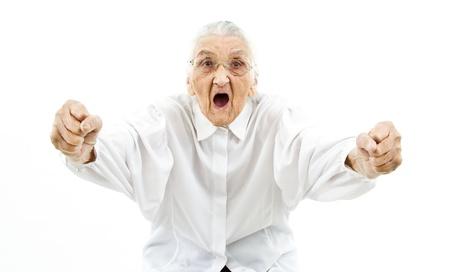 très vieille femme soutenant quelque chose dans une drôle de façon