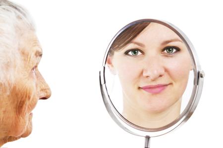 geïsoleerde portret van de jonge vrouw reflecterende froma badkamerspiegel Stockfoto