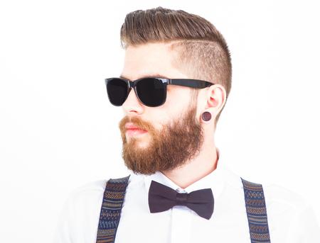 el perfil de un hombre joven inconformista de moda con ropa elegante aislados en blanco Foto de archivo