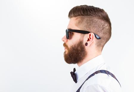 profiel van een jonge modieuze hipster man dragen van elegante kleding op wit wordt geïsoleerd