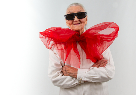 very old lady with a  huge red bow and  eyeglasses Banque d'images