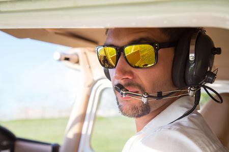 pilotos aviadores: piloto atractiva sentado en el avión Foto de archivo