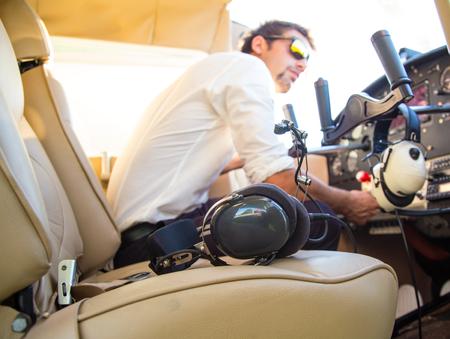 piloto de avion: piloto atractiva sentado en el avión Foto de archivo