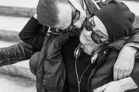 jovenes enamorados: Pareja con abrazos y besos estilo.