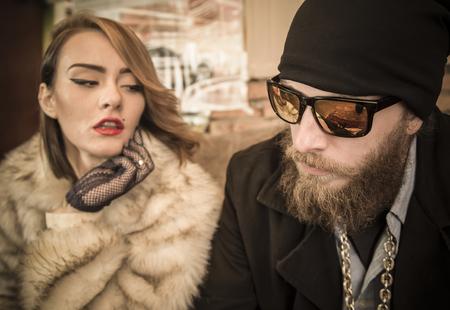 hombre con barba: Retrato de una pareja a juego inusual juntos.