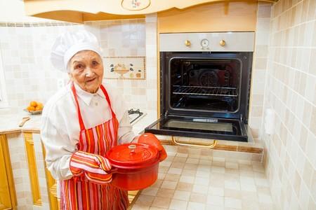 cocina antigua: Abuela de preparar la comida en la cocina.