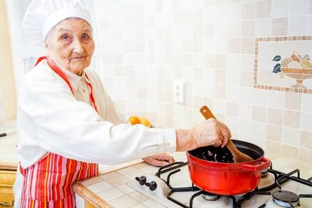 cocina antigua: Señora mayor en la cena de la cocina de la cocina.