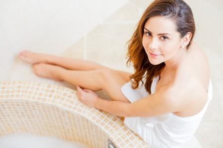 toallas: Se�ora bonita en el ba�o en toalla blanca se prepara para un ba�o caliente. Foto de archivo