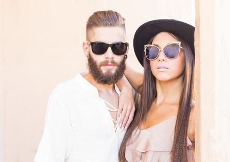 Two elegant hipster people in sunglasses posing. Stok Fotoğraf - 54479515