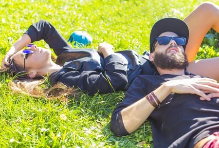 Entspannung mit signifikanten anderen im Freien in der Sonne.