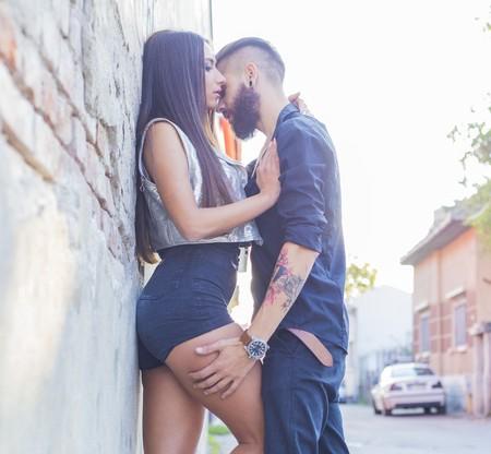 niño y niña: amantes jóvenes que tengan su momento romántico