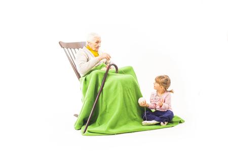 Anciana sentada en la silla con nietos