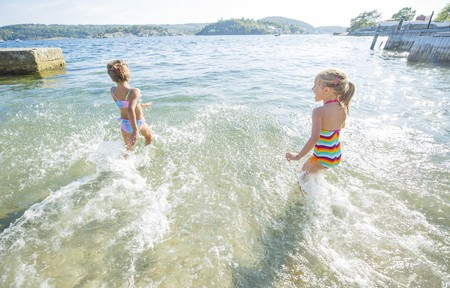 young girls enjoy playing in the see 免版税图像