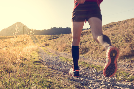 gente corriendo: Rutas carrera en la monta�a Foto de archivo