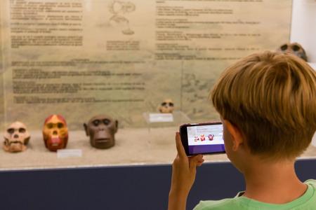 child taking skull primate photography at museum Standard-Bild