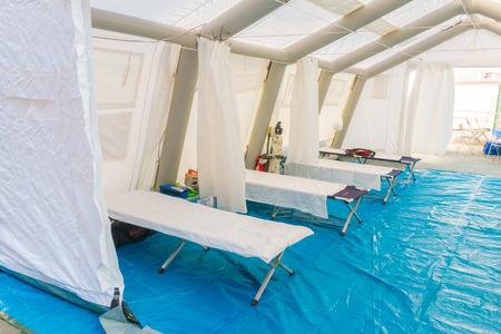 blanco Control de rescate carpa central con cama de campaña y equipo de emergencia Editorial