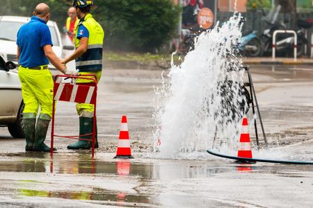 트래픽 콘 옆 도로 분출 물 스톡 콘텐츠