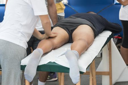 masaje deportivo: atletas de masaje de relajación antes de evento deportivo Foto de archivo