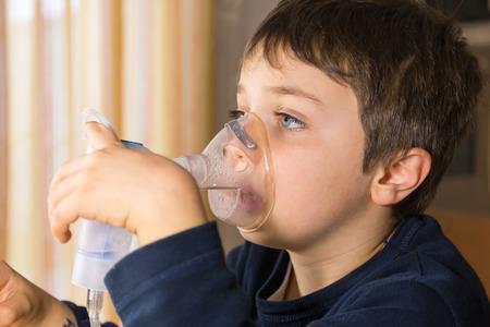 Kind mit Maske für Inhalationen Lizenzfreie Bilder