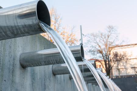 Wasser aus Stahlrohren fließt