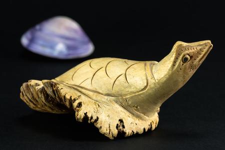 marqueteria: decorativo marqueter�a tortuga de madera sobre fondo negro