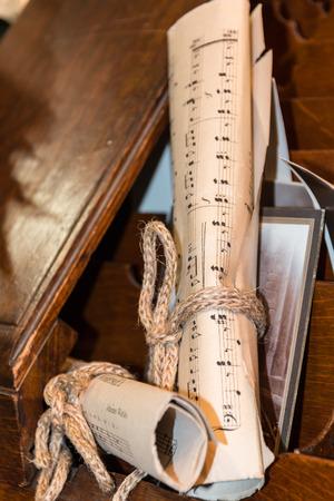 Rolled Music Sheet mit Foto im Alter über Holzschublade, Zusammensetzung Papier Nahaufnahme Lizenzfreie Bilder
