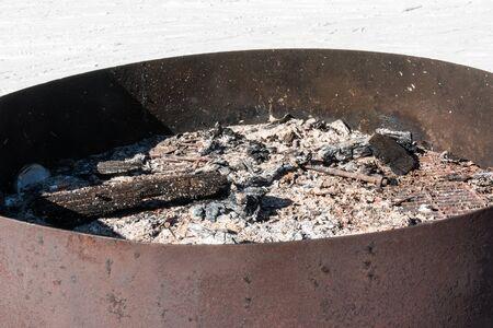 glut: Embers in kreisf�rmigen Eisen Brazier, Holzkohle und Asche nach dem Kochen Lizenzfreie Bilder