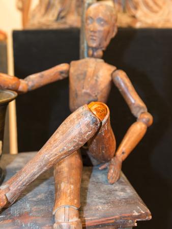 marioneta de madera: lesión en la rodilla marioneta de madera, el concepto de dolor