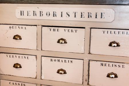 Old Wooden Herbalist's Shop Drawers Standard-Bild