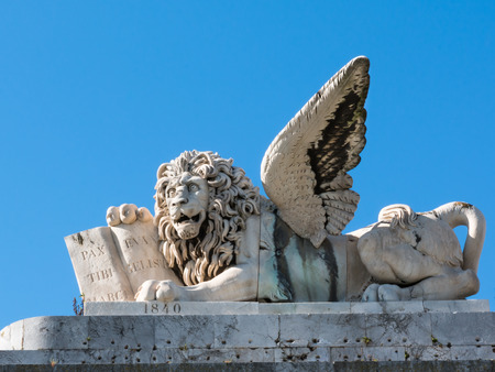 leon alado: mármol escultura de león con alas