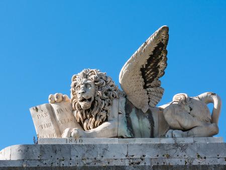 leon con alas: mármol escultura de león con alas