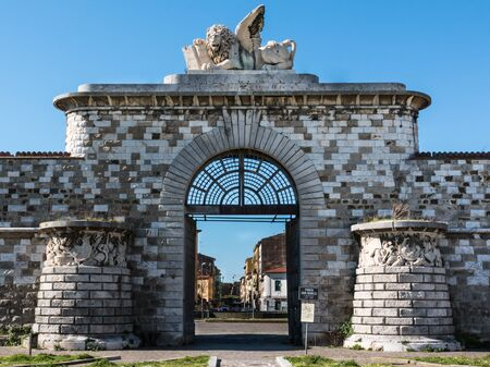 leon con alas: puerta de San Marcos con el león alado de mármol Foto de archivo