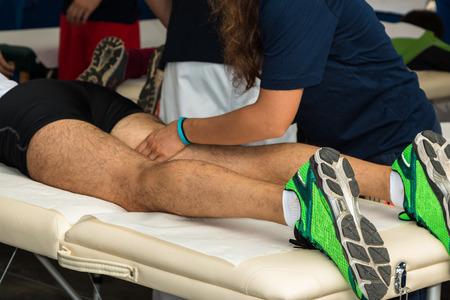 massage: Athleten Muskeln Professionelle Massage-Behandlung nach dem Sport-Training, Fitness und Wellness Lizenzfreie Bilder