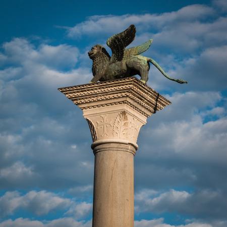 leon con alas: Columna de bronce le�n con alas en la plaza de San Marcos, Venecia, Italia