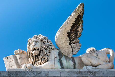 leon con alas: m�rmol escultura de le�n con alas