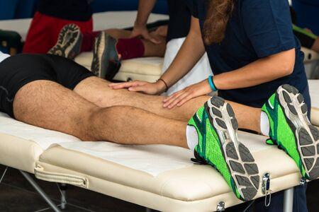 the handle: Los músculos de atleta profesional tratamiento de masaje después del entrenamiento deportivo, Salud y Bienestar Foto de archivo