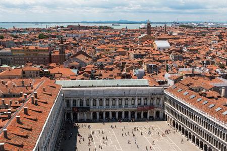 サン ・ マルコ広場ヴェネツィアと赤い屋根 - イタリアのヴェネツィアのスカイライン: 空中写真